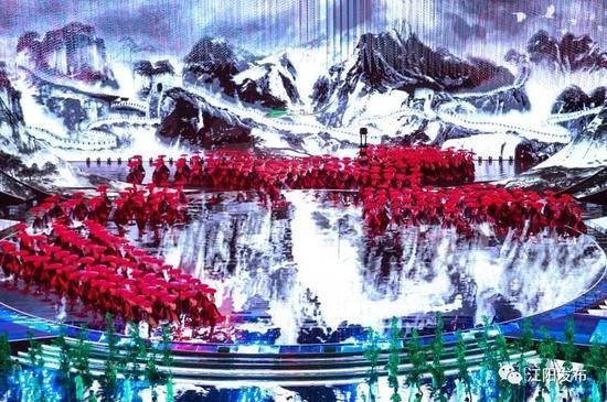 红色的油纸伞与极具中国风的水墨画交相辉映