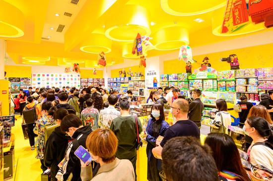 消费者排队购买乐高