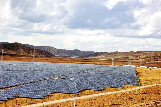 建在红原大草原上的若先光伏扶贫发电项目。 杨忠旦真摄