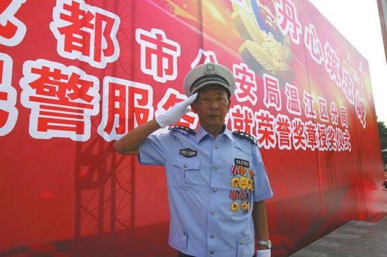5月28日,曲比尔石参加温江区公安分局专门为他举行的退休仪式。