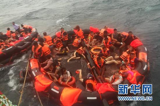 7月5日,在泰国普吉府普吉岛附近海域,翻船事故中游客被救起。新华社发