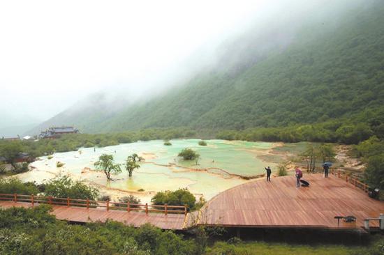 小雨中的黄龙风景区