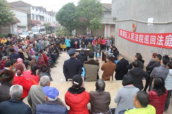 300余村民旁听庭审。翠屏区人民法院供图