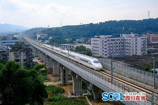 联调联试期间,中国铁路成都局集团有限公司开行的试验动车组运行在成雅铁路上。吴正琪拍