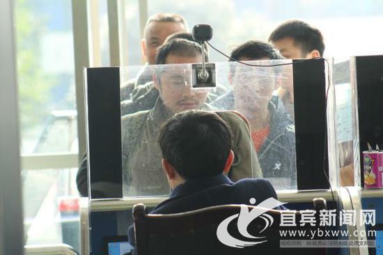 提醒旅客进站时需带好有效证件。(宜宾新闻网 曾江 摄)