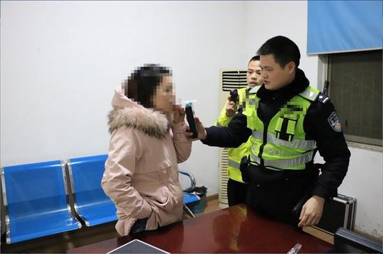 交警在对何某进行呼气检测