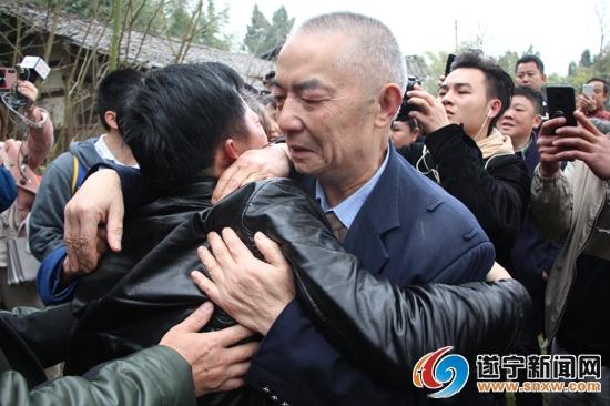 袁建宁抱着父亲大哭