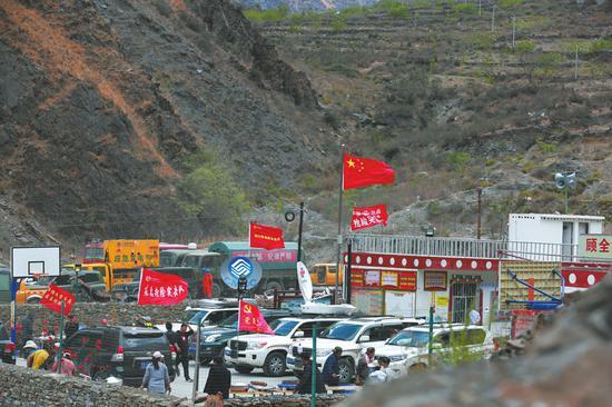 4月2日,救援力量云集木里县立尔村村委会。