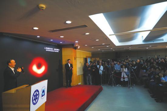 4月10日,中国科学院上海天文台举行新闻发布会,发布人类史上首张黑洞照片。   新华社发