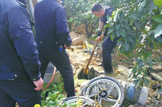 办案民警在嫌疑人家的果园里找到肇事摩托零部件