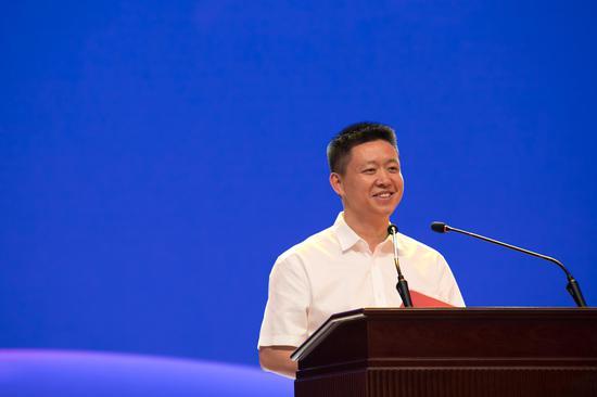 团省委副书记、省青联主席张荣代表大赛主办单位介绍了本届大赛情况