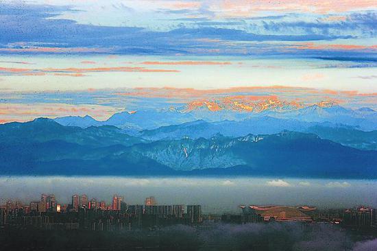 随着成都空气质量的改善,人们常常可以远眺雪山。袁浩 摄(视觉四川资料图片)