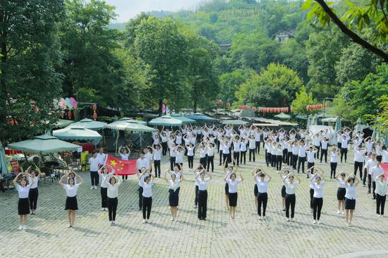 """成都一高校全体老师手语表演《国家》 老师:""""音乐响起我热泪盈眶"""""""