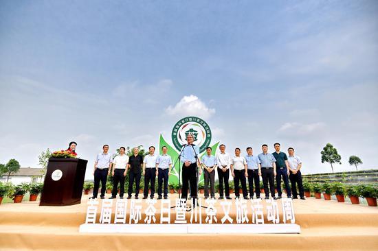 中国国际茶文化研究会常务副会长孙忠焕宣布首届国际茶日暨川茶文旅活动周正式启动