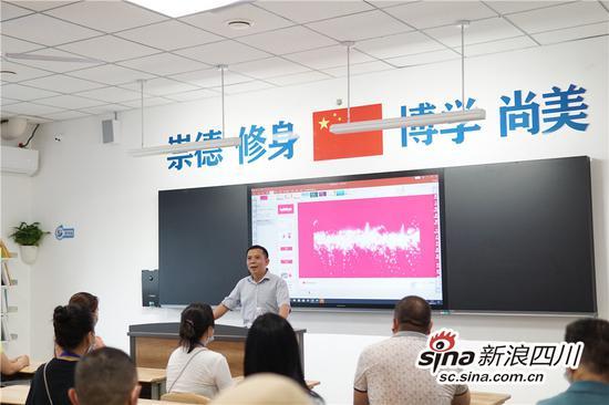 成都市温江区新世纪光华学校校长邓文光解答家长问题