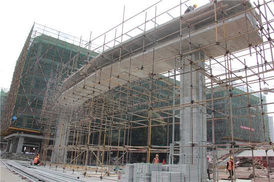 3月建设中的学校大门