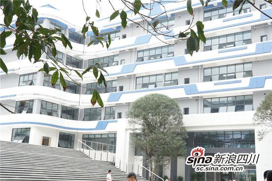 如今建成开放的初、高中教学楼