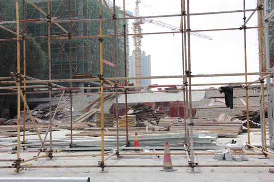 3月修建中的正大门广场(下面是室内游泳池)