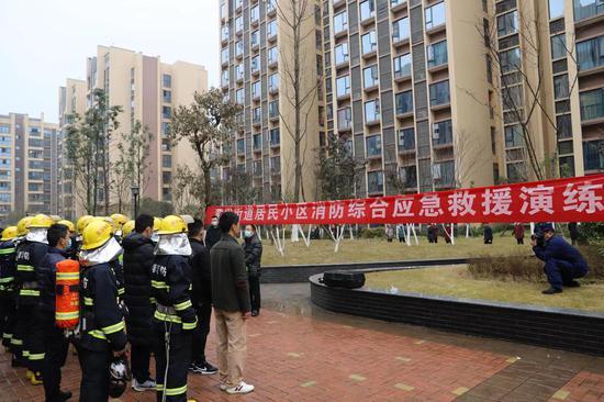 成都市双流区黄甲街道组织开展居民小区消防综合应急救援演练