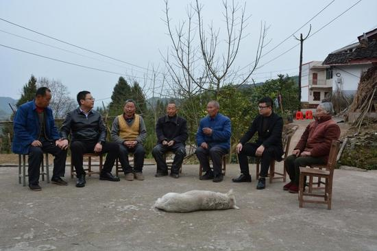 图为营山县纪检监察干部入户座谈了解帮扶干部纪律作风情况