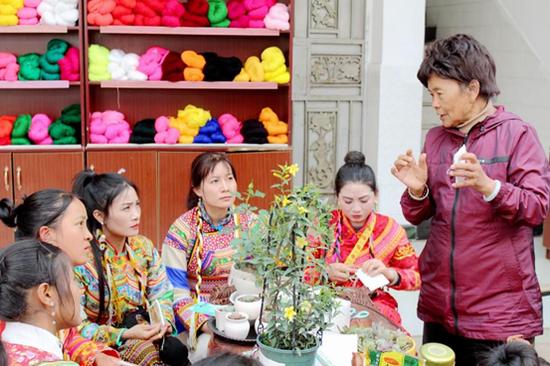 德昌傈僳族姑娘赴云南大理永平学习傈僳族传统割绣技艺