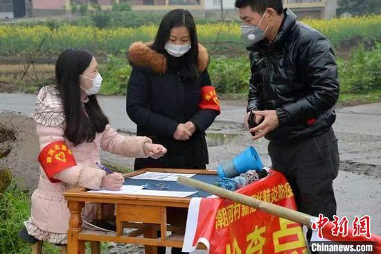 """""""凳子姑娘""""参与疫情防控志愿活动。四川师范大学供图"""