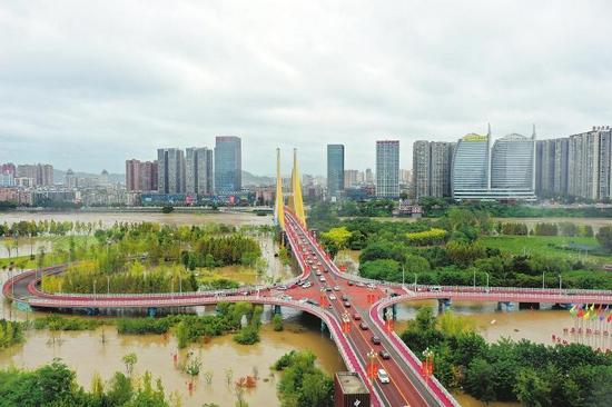 10月6日,洪峰过境嘉陵江南充主城区段。黎涛 摄