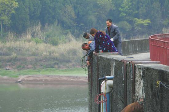 在安岳县朝阳水库,供水站工作人员今年第三次下放水泵。