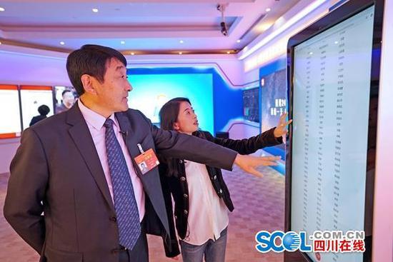 全国人大代表、四川省政府副秘书长、省扶贫开发局局长降初走进川报全媒体集群2019全国两会北京演播厅。