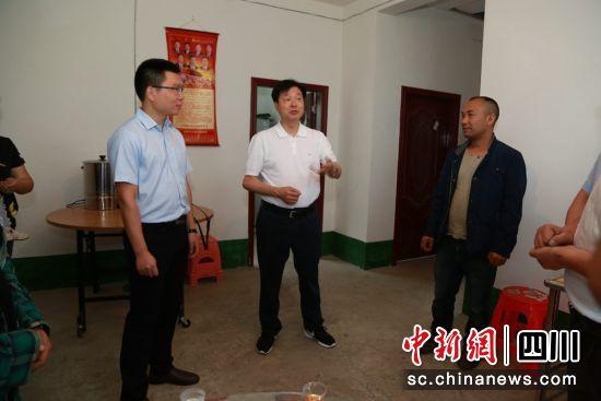 吴晓勇带领的督导组入户走访。