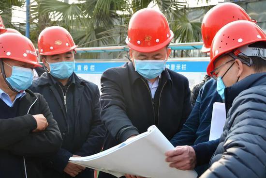 防疫复工两手抓 温江区领导莅临成都新世纪外国语学校调研新校区建设情况