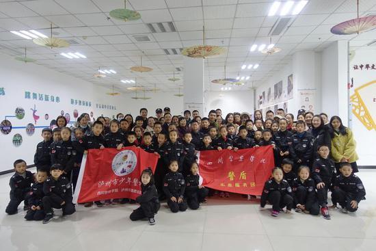 孩子学拳家长听课  泸州市少年警校有点火