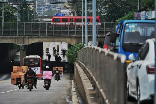 很多电瓶车直接开进了下穿隧道的机动车道