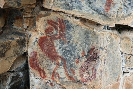 甘孜格聂旅游区首次发现古代彩绘岩画