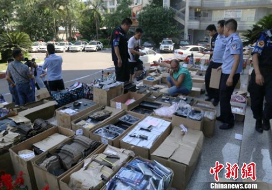 警方正在清理查获的作弊器材接收模块成品和半成品(部分)。乐山警方供图