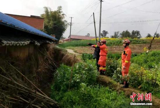 2月24至25日,四川荣县境内先后发生4.7级、4.3级、4.9级地震。图为消防员进村排查险情。中新社发 钟欣 摄