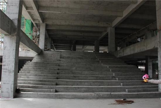 3月建设中的开放式阶梯图书馆