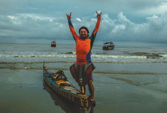 7月7日,完成299天的沿我国海岸线漂流后,重庆小伙庹俊卿在广西东兴市上岸。