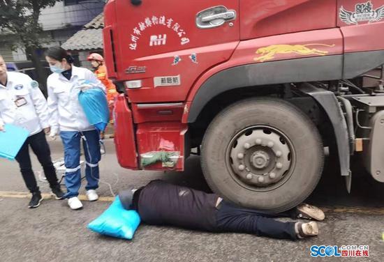 四川一六旬老人右腿被压货车底 泸州消防成功救援