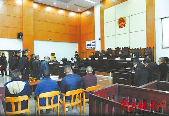2月20日,在高坪区人民法院庭审现场