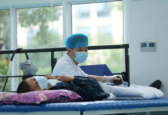 医护人员为患者做康复训练