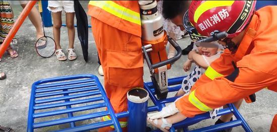内江小孩脚被卡小区健身器材内 消防30秒成功救助