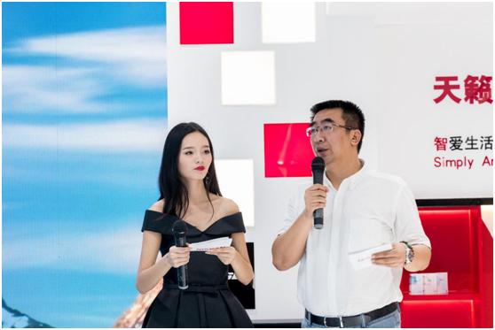 东风日产西南区营销中心总监刘轶(右)出席活动