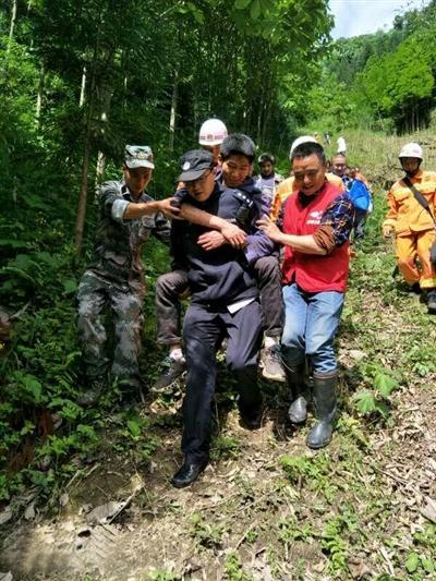 周波被救援人员背下山 图片由大邑县警方提供
