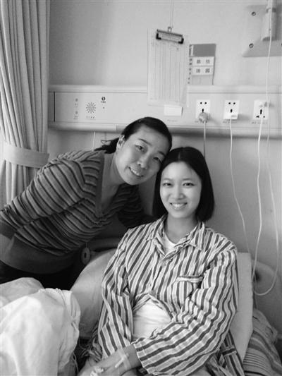 病床上的张蕊(右)和三姨张玉梅。受访者提供