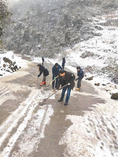 村民正奋力铲雪