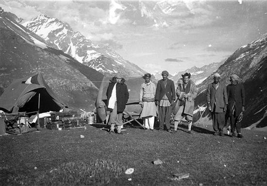 1933年,朱塞佩·图奇与考察队员、向导在西藏西部某个不知名的地点合照留念。意大利亚非研究院/IsIAO 图