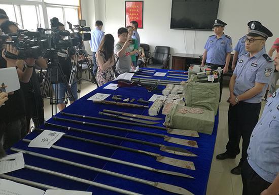 警方收缴的涉案器械。长沙警方供图