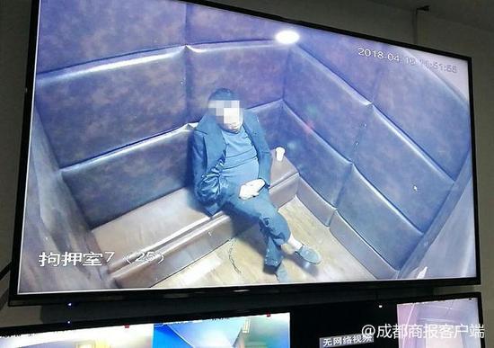▲被执行人魏某贤被带回法院羁押室