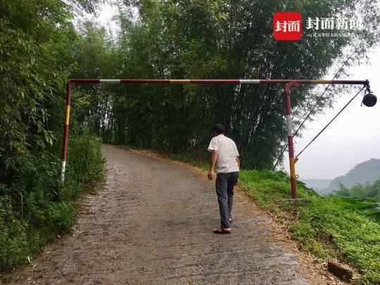 双新村十社村村民在公路路口设置的栏杆路障